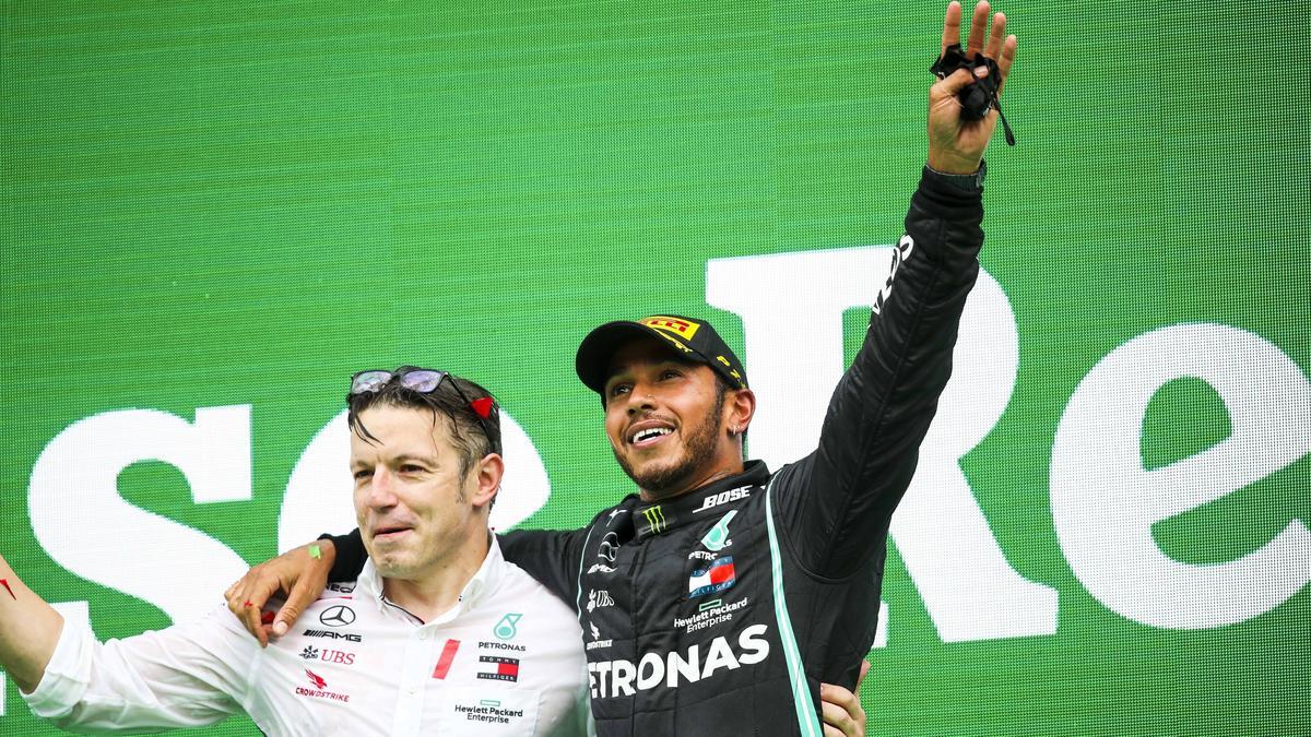 Peter Bonnington und Lewis Hamilton feiern den vorzeitigen WM-Titel