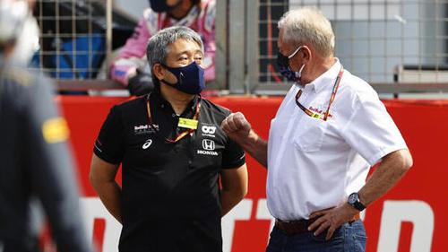 Honda-Manager Masashi Yamamoto (l.) im Gespräch mit Helmut Marko