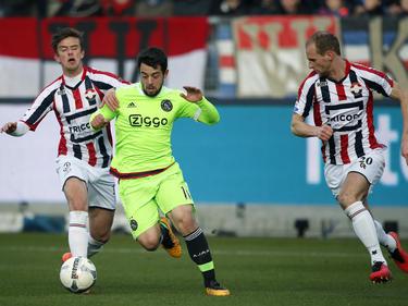 Lucas Andersen (l.) en Frank van der Struijk (r.) proberen Amin Younes (m.) bij te halen tijdens de wedstrijd Willem II - Ajax. (06-03-2016)