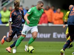 Oussama Tannane namens AS Saint-Étienne aan de bal tijdens het competitieduel met Lorient. (24-04-2016)