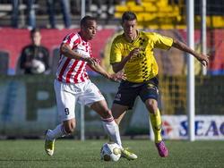 Robin Buwalda (r.) probeert Jorzolino Falkenstein (l.) van de bal te zetten tijdens het duel om promotie/degradatie tussen VVV-Venlo en FC Oss. (15-05-2015)