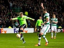 Viktor Fischer (l.) ramt de bal richting doel, terwijl verdediger Mikael Lustig al gestopt is met voetballen, omdat de grensrechter vlagt. (26-11-2015)