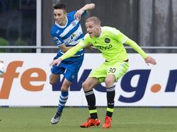PEC Zwolle-speler Ryan Thomas  (l.) in duel met Ajax-speler Donny van de Beek (r.). 29-11-2015
