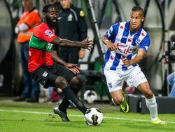 Luciano Slagveer (r.) probeert voorbij Quincy Owusu-Abeyie (l.) te komen tijdens het duel van sc Heerenveen bij NEC Nijmegen. (20-08-2016)