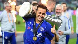 Pedro con el trofeo de la Europa League.