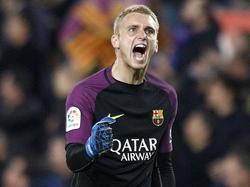 Jasper Cillessen is blij omdat zijn FC Barcelona vlak voor rust door een doelpunt van Luis Suárez op 1-0 komt tegen Atlético Madrid in de halve finale van de Copa del Rey. (07-02-2017)