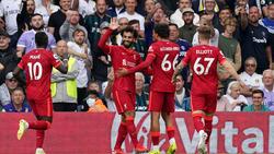 Mohamed Salah lässt sich von seinen Teamkollegen bejubeln