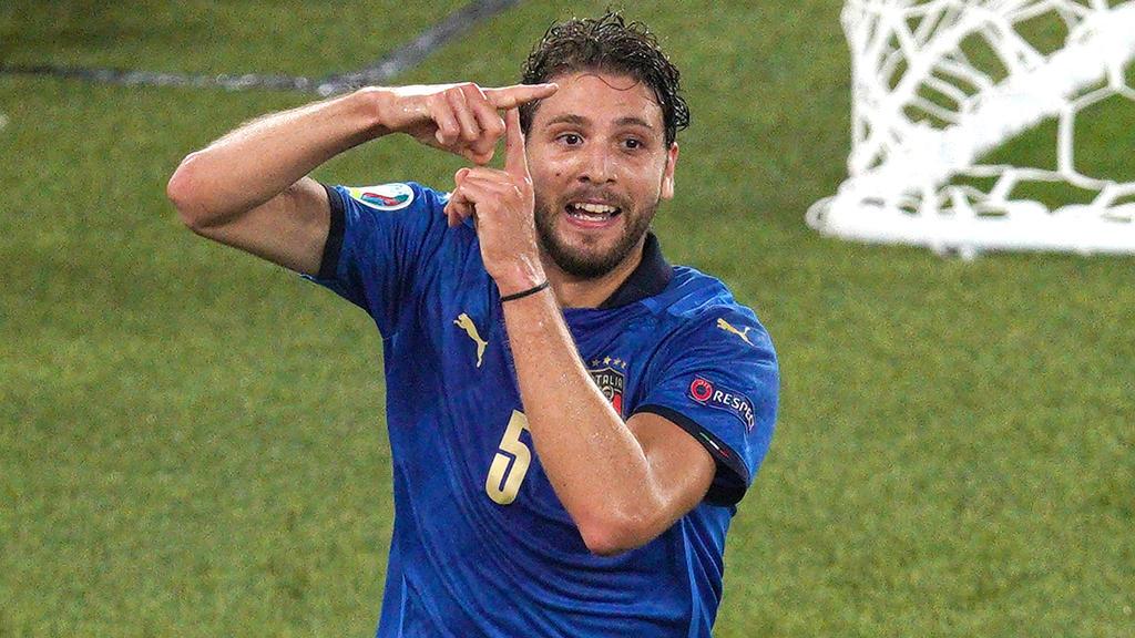 Manuel Locatelli con la camiseta de Italia.