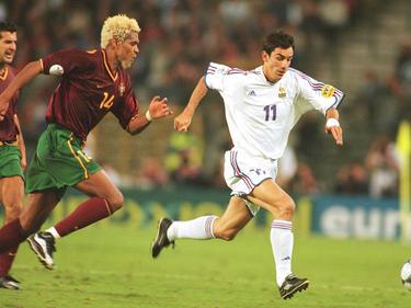 Robert Pires (dcha.) se intenta marchar de Abel Xavier en un Francia-Portugal de 2000. (Foto: Getty)