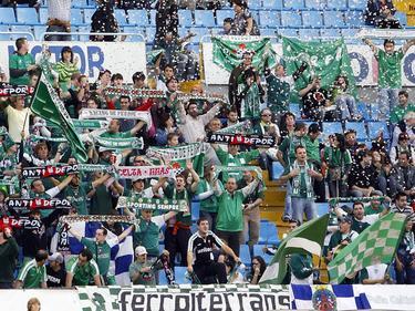 Aficionados del Racing de Ferrol festejan en A Malata. (Foto: Getty)