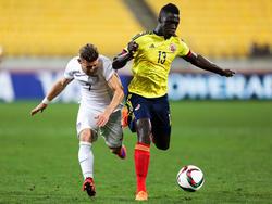 Davinson Sánchez (r) houdt Paul Arriola (l.) van zich af tijdens het duel tussen de Verenigde Staten en Colombia op het WK voor spelers onder de twintig jaar. (10-06-2015)