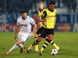 Marian Sarr (r.) feierte sein Debüt für die erste BVB-Mannschaft