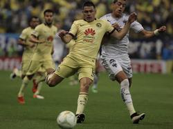 Pablo Aguilar (izq.) en un duelo con su equipo el América. (Foto: Imago)