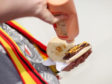 Der Hamburger ist eigentlich nicht als typische Sportlernahrung bekannt