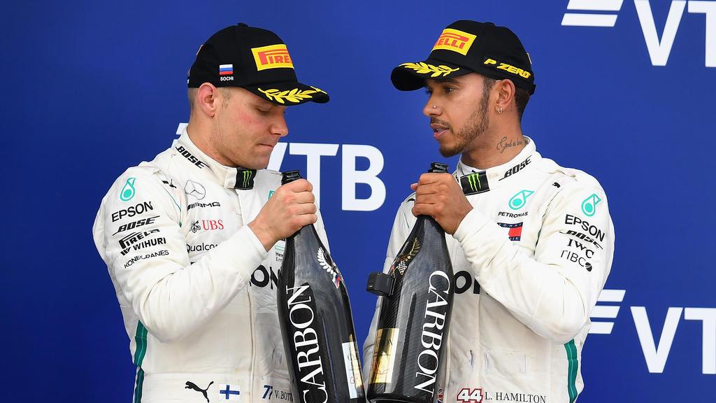 Bitter: Valtteri Bottas (li.) musste Lewis Hamilton in Sotschi den Sieg schenken