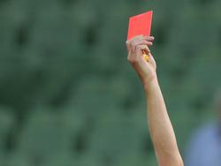 Jener Spieler, der dem Gegner ein Stück der Nase abbiss, flog mit Rot vom Platz