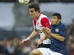 Zakaria Bakkali (l.) verliest het kopduel van Feyenoorder Daryl Janmaat.