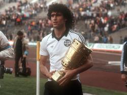Bruno Pezzey als stolzer DFB-Pokalsieger