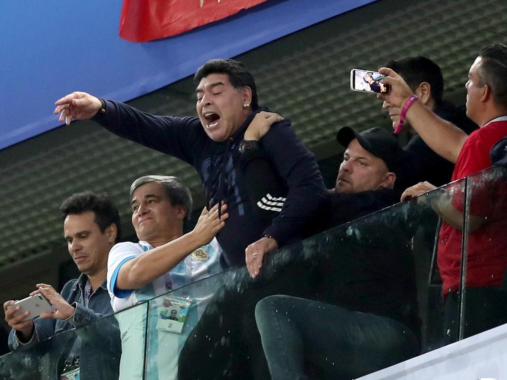 Wm News Zu Viel Maradona Braucht ärztliche Hilfe