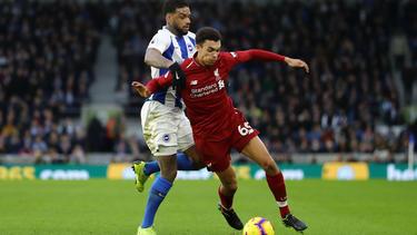 Liverpools Trent Alexander-Arnold (r.) lässt Brightons Jürgen Locadia nicht an den Ball. Liverpool gewinnt mit 1:0. (12.01.2019)