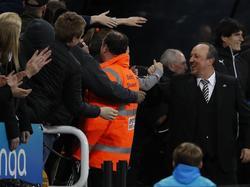 Rafa Benítez viert feest met het publiek na veiligstellen promotie na winst op Preston North End