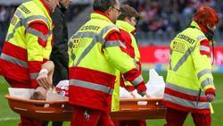 Kölns Rafael Czichos musste verletzt vom Platz getragen werden