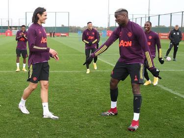 Pogba (dcha.) bromea con Cavani en el entrenamiento de hoy.