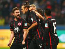 Den 0:1-Rückstand gegen Wolfsburg dreht Alex Meier (2.v.l.) mit seinem Dreierpack im Alleingang