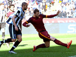 Danilo, a la izquierda, en un Udinese-Roma. (Foto: Getty)