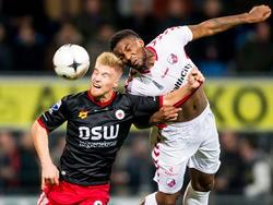 Zowel Tom van Weert (l.) als Gevero Markiet (r.) heeft zijn ogen dicht tijdens een luchtduel in de wedstrijd Excelsior - FC Utrecht. (07-10-2014)