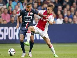 Richairo Živković (l.) probeert bij Joël Veltman (r.) weg te komen, maar slaagt daar niet in tijdens de wedstrijd Ajax - Willem II. (15-08-2015)