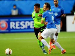 Nemanja Gudelj gaat hier een fysiek duel aan met aanvoerder Daniel Berg Hestad van Molde FK. Beide spelers moeten tot het uiterste gaan om de bal te winnen. (01-10-2015)