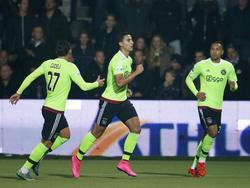 Anwar El Ghazi (m.) krijgt na het scoren van de 0-1 de felicitaties van zijn ploeggenoten tijdens het competitieduel Heracles Almelo - Ajax. (17-10-2015)