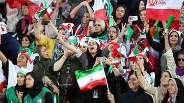 Frauen durften im Iran erstmals ins Fußball-Stadion