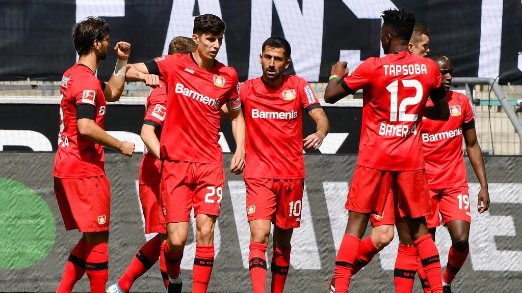 Bayer Leverkusen jubelt über ein Tor vor Kai Havertz