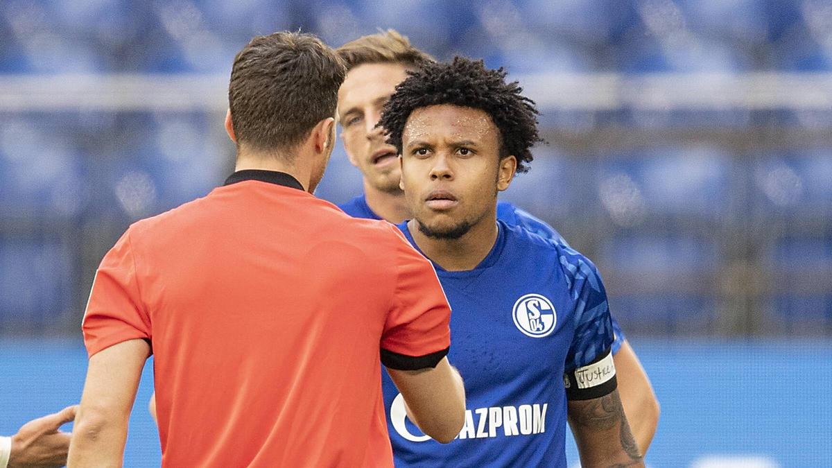 """Schalkes Weston McKennie trägt an seinem linken Arm eine Binde mit dem Schriftzug """"Justice for George"""""""
