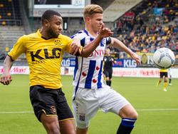 Joost van Aken (r.) is tijdens de competitiewedstrijd Roda JC - sc Heerenveen in een duel verwikkeld met Rydell Poepon. (03-04-2016)