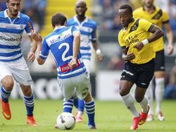Elson Hooi (r.) speelt de bal tussen de benen van Bram van Polen (m.) door tijdens het duel NAC Breda - PEC Zwolle. (31-08-2014)
