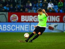 Nils Röseler heeft balbezit tijdens het competitieduel Chemnitzer FC - Energie Cottbus (24-03-2016).