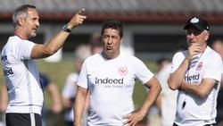 Adi Hütter bespricht letzte Details mit seinem Team