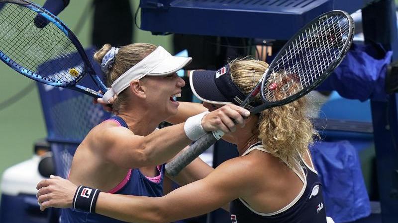 Laura Siegemund (r.) feiert mit Vera Zvonareva den Doppelsieg in New York
