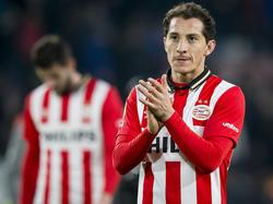 Ondanks het puntenverlies van PSV tegen sc Heerenveen bedankt Andrés Guardado het publiek in de Philips Stadion. (12-03-2016)