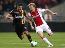 Deniz Türüç (l.) in duel met Christian Poulsen (r.) tijdens Ajax - Go Ahead Eagles. (28-09-2013)