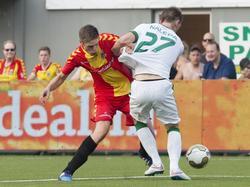 Teije ten Den (l.) staat bij Go Ahead Eagles in de spits, maar in de voorronde van de Europa League staat hij ook verdedigend zijn mannetje tegen het Hongaarse Ferencvárosi TC. (02-07-2015)