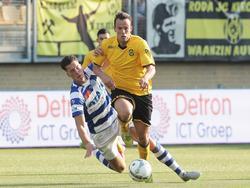 Anco Jansen (r.) is Tim Linthorst (l.) te snel af tijdens Roda JC Kerkrade - De Graafschap. (22-08-2015)