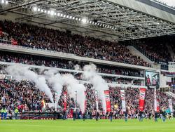 Eindhoven is klaar voor de wedstrijd tussen PSV en FC Utrecht. Met inzet van rookkanonnen worden de spelers opgepept voor het competitieduel. (08-11-2015)