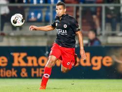 Anouar Hadouir geeft een hoge pass tijdens de wedstrijd Willem II - Excelsior. (17-09-2016)