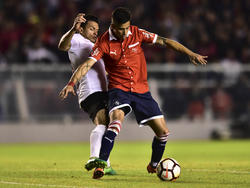 Maxi Meza protege la pelota en el duelo ante Deportivo Lara. (Foto: Getty)