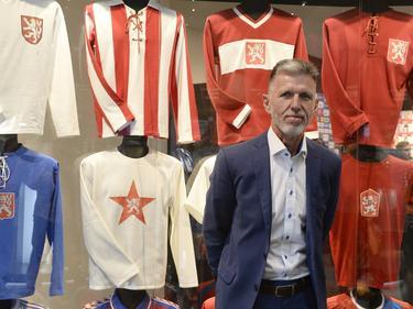 Jaroslav Silhavy posa con las camisetas históricas de su combinado. (Foto: Imago)