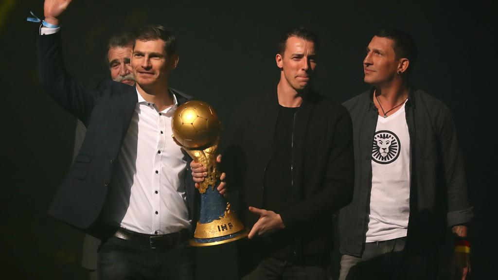 Die Weltmeister von 2007 bringen den Pokal in die Halle